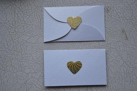 Gevertje, plat, wit, met gouden hartje