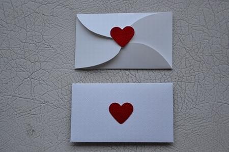 Gevertje, plat, wit met rood hartje